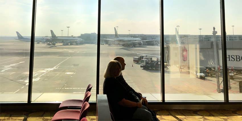 Ein Paar wartet am Flughafen auf den Abflug