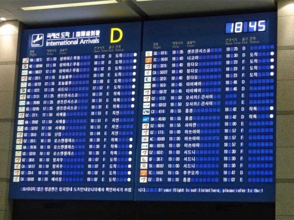 Ankunftstafel im Flughafen von Seoul