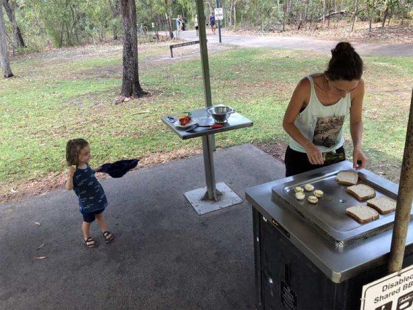 Mittagessen an einer BBQ-Station im Litchfield National Park