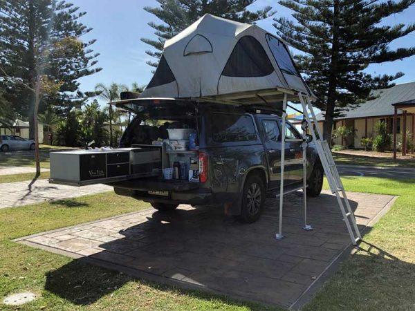 Geländewagen auf einem Campingplatz in Australien