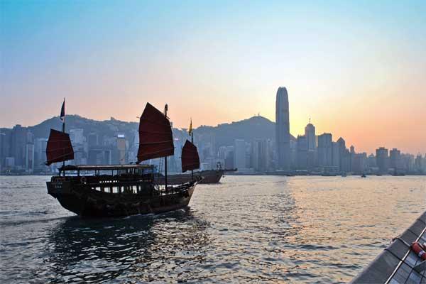 Dschunke im Sonnenuntergang in Hongkong