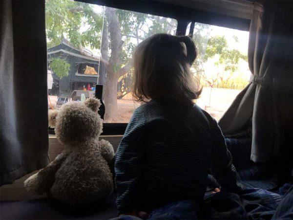Kind mit Kuscheltier im Camper