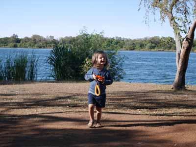 Vorbereitung 1: Jona mit der Nikon Coolpix W150 auf dem Campigplatz in Kununurra Australien ©MCA