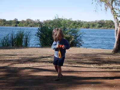 Vorbereitung 2: Jona mit der Nikon Coolpix W150 auf dem Campigplatz in Kununurra Australien ©MCA