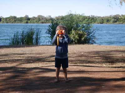 Das Foto wird gemacht: Jona mit der Nikon Coolpix W150 auf dem Campigplatz in Kununurra Australien ©MCA