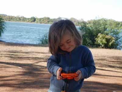 Gleich noch eins machen: Jona mit der Nikon Coolpix W150 auf dem Campigplatz in Kununurra Australien ©MCA