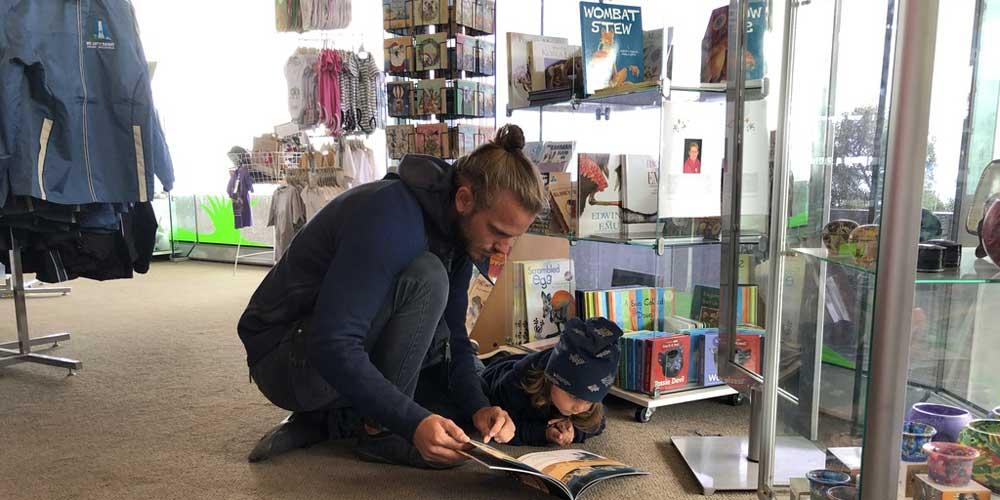 Vater und Sohn im Bücherladen