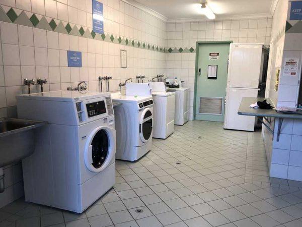 Laundry mit Waschmaschinen und Trocknern in Australien