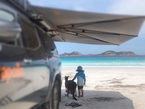 Kind und Känguru am Strand der Lucky Bay, Western Australia