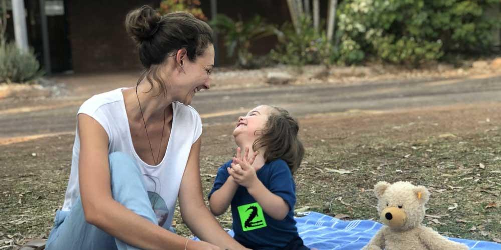 Mutter und Kind beim Camping