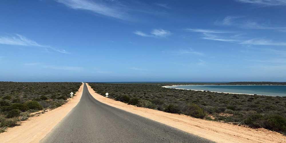 Landstraße an der Küste Australiens