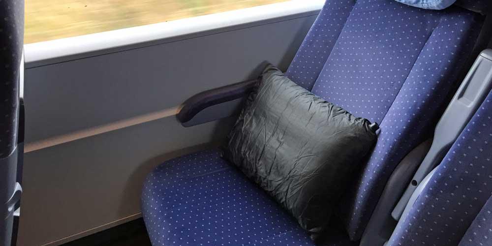 Ein Reisekissen während einer Zugfahrt
