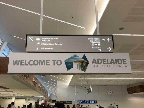 Schild Welcome to Adelaide am Flughafen
