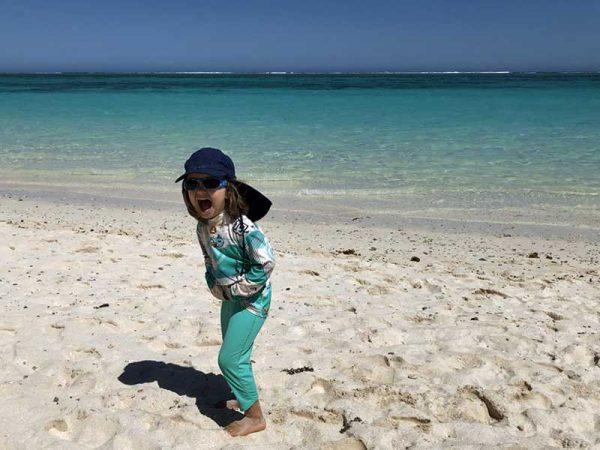 Kind mit Sonnenbrille am Strand in Australien