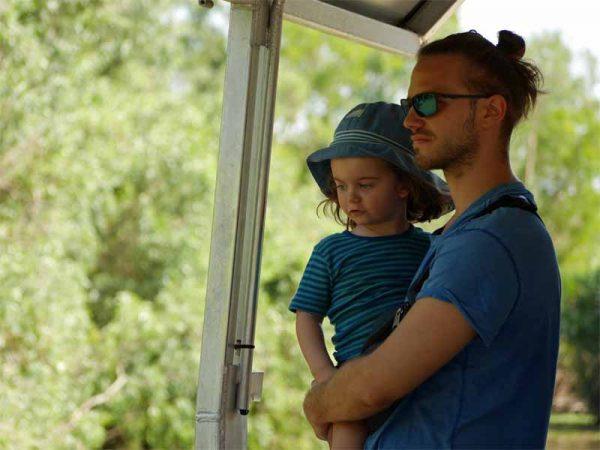 Jona mit Papa auf dem Boot der Yellow Water Cruise