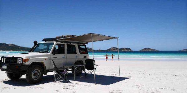 Ein Geländewagen an der Lucky Bay in Australien