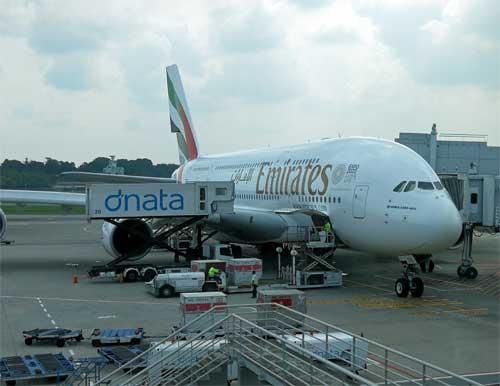 Emirates Airbus A380 am Flugsteig