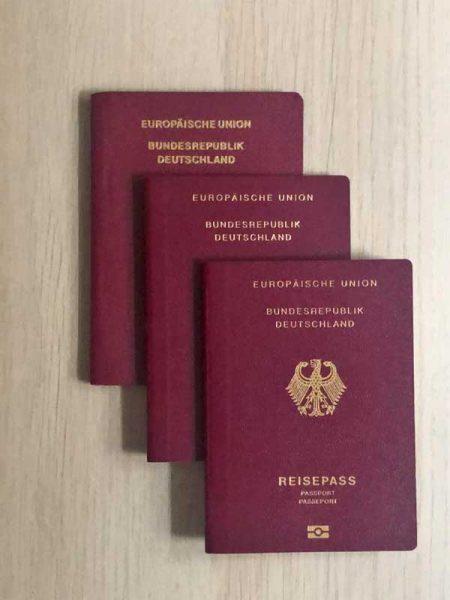 Reisepässe für eine dreiköpfige Familie