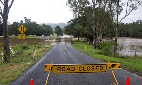 Wegen Überflutung gesperrte Straße in Australien