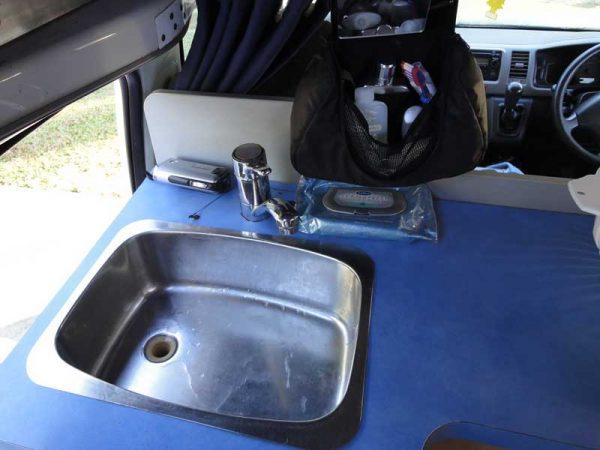 Waschbecken in einem HiTop-Camper