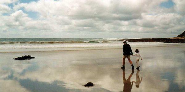 Vater und Sohn am Beach an der Great Ocean Road, Australien