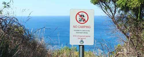 """Ein """"No Camping"""" Schild auf einem Parkplatz in Australien"""