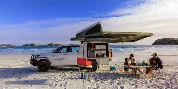 Ein Red Sands 2 Personen 4WD am Strand in Western Australia