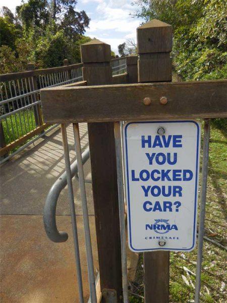 Sicherheitshinweis an australischem Aussichtspunkt