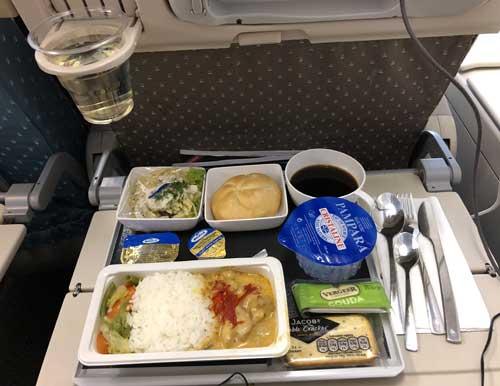 Mittagessen am Sitzplatz bei Singapore Airlines