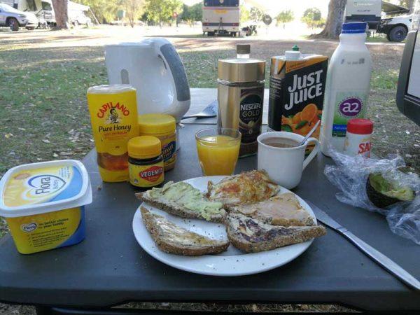 Camperfrühstück mit Vegemite auf dem Manbullo Campingplatz