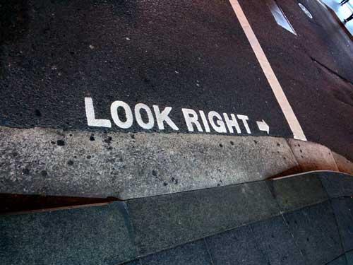 Linksverkehr Hinweis auf den Straßen
