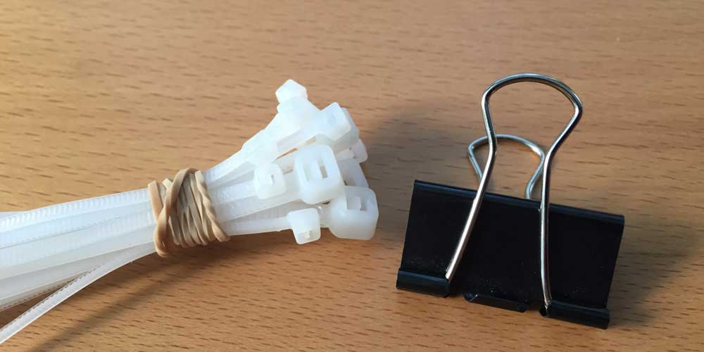 Kabelbinder und Büroklemme