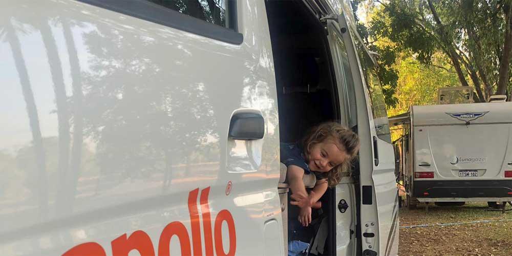 Kind im Camper auf australischen Campingplatz