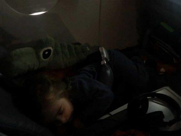 Schlafendes Kind auf einem Flug
